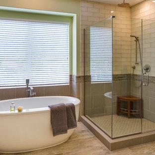 Inspiration för mellanstora klassiska en-suite badrum, med ett fristående badkar, en hörndusch, beige kakel, tunnelbanekakel, gröna väggar och klinkergolv i porslin