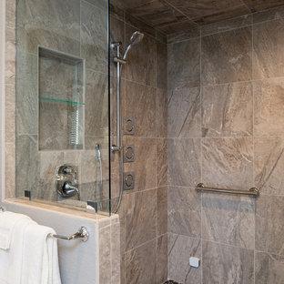 Cette image montre une très grand salle de bain principale minimaliste avec un lavabo encastré, un placard avec porte à panneau encastré, des portes de placard grises, un plan de toilette en quartz modifié, une baignoire indépendante, une douche à l'italienne, un WC à poser, un carrelage beige, un carrelage de pierre, un mur gris et un sol en marbre.