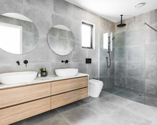 Bagno con piastrelle di cemento e pareti grigie foto idee