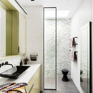 Exempel på ett modernt vit vitt badrum, med släta luckor, gröna skåp, en kantlös dusch, grön kakel, mosaik, vita väggar, ett fristående handfat, grått golv och med dusch som är öppen