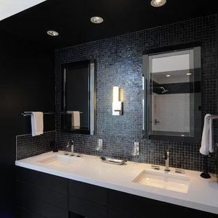 Aménagement d'une grande salle de bain moderne avec un lavabo encastré, un placard en trompe-l'oeil, des portes de placard noires, un plan de toilette en quartz modifié, une baignoire encastrée, une douche ouverte, un WC séparé, un carrelage noir, un mur noir et un sol en marbre.