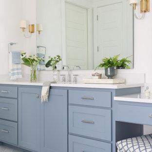 Imagen de cuarto de baño principal, marinero, grande, con armarios estilo shaker, puertas de armario azules, suelo de mármol, lavabo bajoencimera, encimera de cuarzo compacto, suelo gris, encimeras blancas y paredes blancas