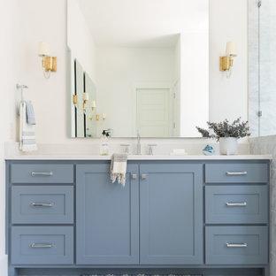 Idéer för ett stort klassiskt vit en-suite badrum, med skåp i shakerstil, blå skåp, ett fristående badkar, en hörndusch, grå kakel, marmorkakel, grå väggar, marmorgolv, ett undermonterad handfat, bänkskiva i kvarts, grått golv och dusch med gångjärnsdörr