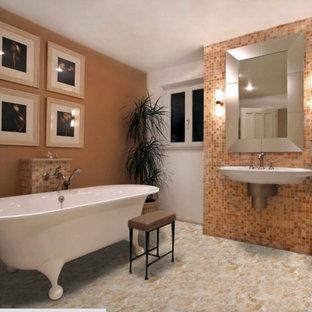 Esempio di una grande stanza da bagno padronale design con vasca con piedi a zampa di leone, piastrelle beige, piastrelle marroni, piastrelle arancioni, piastrelle a mosaico, pareti beige, lavabo sospeso e top in marmo
