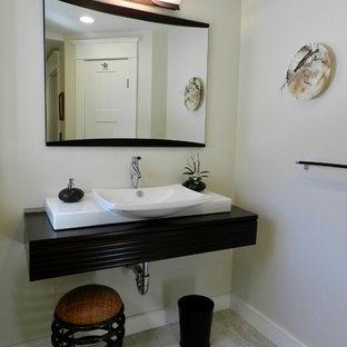 Foto di una stanza da bagno padronale etnica di medie dimensioni con piastrelle beige, piastrelle di vetro, pavimento in gres porcellanato e top in legno