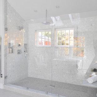 Idee per una grande stanza da bagno padronale minimal con ante blu, vasca freestanding, WC monopezzo, piastrelle bianche, piastrelle di vetro, lavabo integrato, top in vetro, pavimento beige, porta doccia a battente, top blu, ante lisce, doccia alcova, pareti grigie e pavimento in gres porcellanato