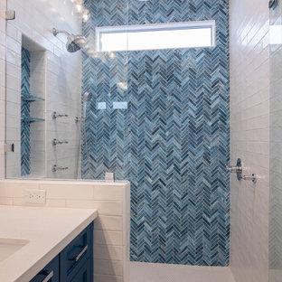 Foto på ett mellanstort funkis vit en-suite badrum, med skåp i shakerstil, blå skåp, en öppen dusch, en toalettstol med separat cisternkåpa, blå kakel, glaskakel, blå väggar, klinkergolv i porslin, ett undermonterad handfat, bänkskiva i kvarts, vitt golv och dusch med gångjärnsdörr