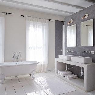Foto di una grande stanza da bagno padronale contemporanea con lavabo a bacinella, vasca con piedi a zampa di leone, pareti grigie e pavimento in legno verniciato