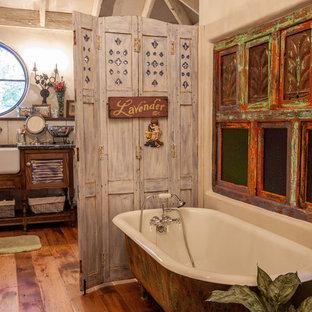 Imagen de cuarto de baño romántico con puertas de armario con efecto envejecido, bañera exenta y armarios con puertas mallorquinas