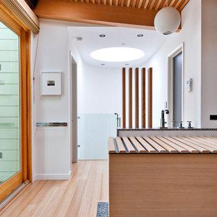 サンフランシスコのコンテンポラリースタイルのおしゃれな浴室 (和式浴槽、石タイル、竹フローリング) の写真
