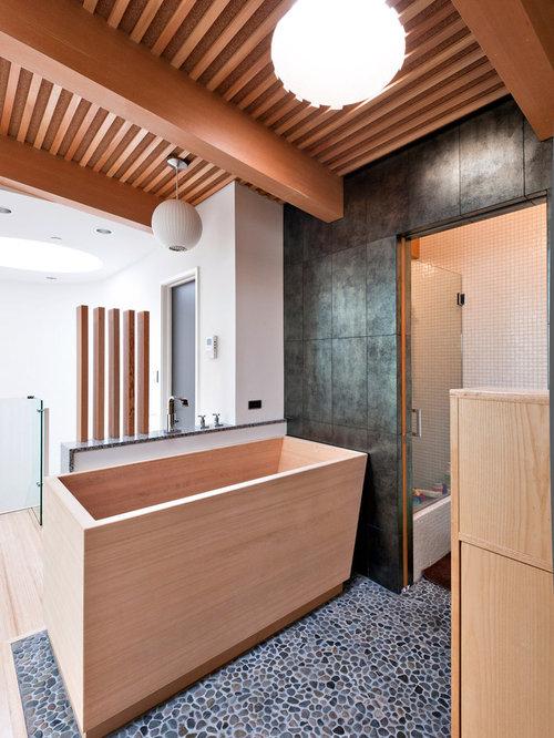 Salle de bain avec un bain japonais et un sol en galet - Salle de bain japonais ...