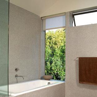 Ispirazione per una stanza da bagno moderna con piastrelle a mosaico