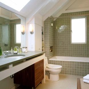 Imagen de cuarto de baño tradicional renovado con lavabo bajoencimera, puertas de armario de madera oscura, bañera empotrada, combinación de ducha y bañera, baldosas y/o azulejos beige y ducha con cortina