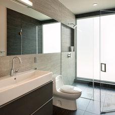 Modern Bathroom by KUBE architecture