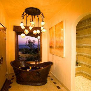 Foto de cuarto de baño ecléctico con bañera exenta, ducha empotrada y baldosas y/o azulejos beige