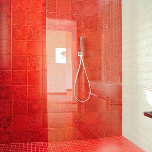 Idee per una stanza da bagno con doccia contemporanea di medie dimensioni con doccia a filo pavimento, WC sospeso, piastrelle grigie, piastrelle in ceramica, pareti grigie, pavimento in gres porcellanato e lavabo sospeso