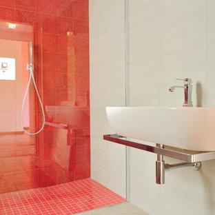 Diseño de cuarto de baño con ducha, actual, de tamaño medio, con lavabo suspendido, ducha a ras de suelo, baldosas y/o azulejos grises, baldosas y/o azulejos de cerámica, paredes grises y suelo de baldosas de porcelana