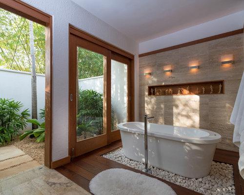Salle de bain exotique avec un sol en bois fonc photos for Salle de bain en bois exotique