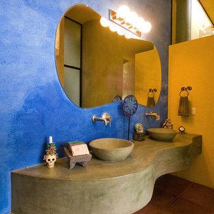 Amerikansk inredning av ett badrum, med ett fristående handfat och bänkskiva i betong