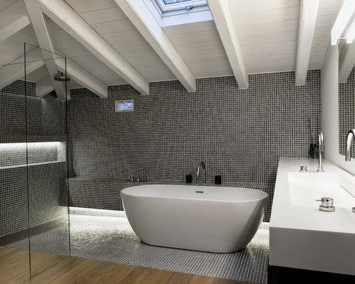 Salle de bain avec un plan de toilette en surface solide for Baignoire lavabo integre