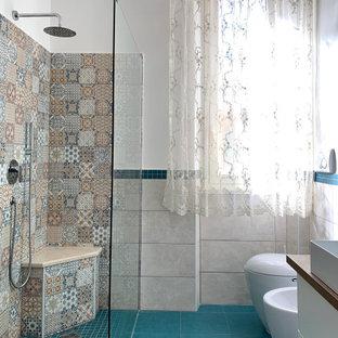 Foto di una stanza da bagno padronale con doccia ad angolo, bidè, piastrelle multicolore, piastrelle di cemento, pareti multicolore, pavimento con piastrelle in ceramica, lavabo a bacinella, top in legno, pavimento turchese, doccia aperta e un lavabo