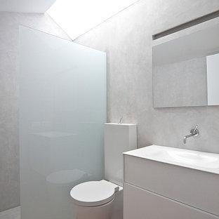 Réalisation d'une petit salle de bain minimaliste avec un sol en contreplaqué.