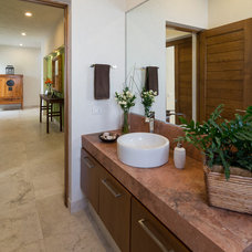 Contemporary Bathroom by VEGA VEGA ARQUITECTOS