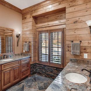 Foto de cuarto de baño con ducha, rural, de tamaño medio, con armarios estilo shaker, puertas de armario de madera oscura, ducha empotrada, sanitario de una pieza, baldosas y/o azulejos beige, paredes beige, lavabo bajoencimera, suelo multicolor, ducha con puerta con bisagras y encimeras beige