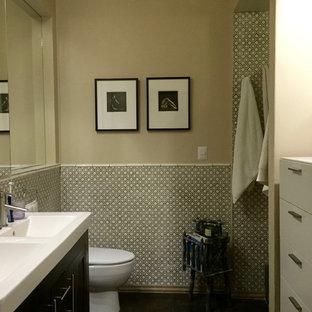 Стильный дизайн: главная ванная комната среднего размера в стиле фьюжн с светлыми деревянными фасадами, черно-белой плиткой, керамической плиткой, полом из керамической плитки и столешницей из плитки - последний тренд
