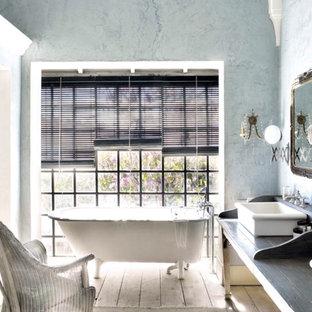 Salle de bain romantique avec un sol en bois clair : Photos et idées ...