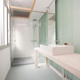 Modelo de cuarto de baño con ducha, actual, de tamaño medio, con encimera de madera y encimeras beige