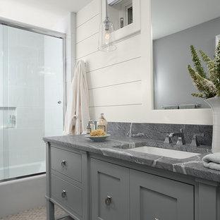 Modelo de cuarto de baño tradicional con puertas de armario grises y encimera de esteatita