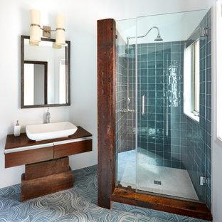 Exempel på ett modernt brun brunt badrum, med släta luckor, skåp i mörkt trä, en dusch i en alkov, blå kakel, vita väggar, ett fristående handfat, träbänkskiva, blått golv och dusch med gångjärnsdörr
