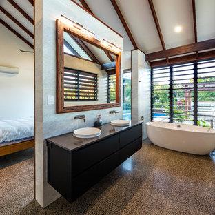 Exempel på ett exotiskt grå grått en-suite badrum, med släta luckor, svarta skåp, ett fristående badkar, grå kakel, grå väggar, betonggolv, ett nedsänkt handfat och grått golv