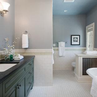 Ispirazione per una stanza da bagno padronale tradizionale di medie dimensioni con lavabo sottopiano, ante con riquadro incassato, ante verdi, top in granito, vasca freestanding, doccia alcova, WC monopezzo, piastrelle bianche, piastrelle in ceramica, pareti blu e pavimento in gres porcellanato