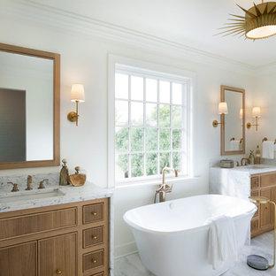 Exempel på ett stort klassiskt vit vitt badrum för barn, med vita skåp, en kantlös dusch, en toalettstol med separat cisternkåpa, vit kakel, marmorkakel, vita väggar, ett nedsänkt handfat, marmorbänkskiva, grått golv, dusch med gångjärnsdörr, luckor med lamellpanel och ett fristående badkar
