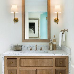 Idéer för att renovera ett stort vintage vit vitt en-suite badrum, med luckor med profilerade fronter, skåp i ljust trä, ett badkar med tassar, en kantlös dusch, en toalettstol med separat cisternkåpa, vit kakel, marmorkakel, vita väggar, mosaikgolv, ett nedsänkt handfat, marmorbänkskiva, vitt golv och dusch med gångjärnsdörr