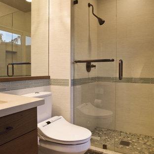 Ejemplo de cuarto de baño con ducha, actual, pequeño, con lavabo bajoencimera, armarios con paneles lisos, puertas de armario de madera oscura, encimera de cuarzo compacto, ducha empotrada, bidé, baldosas y/o azulejos grises, paredes beige y suelo de pizarra