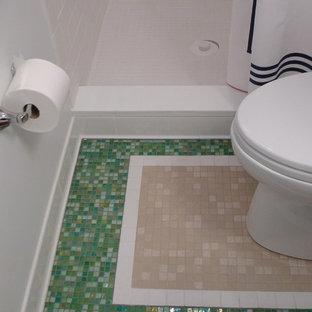 Свежая идея для дизайна: маленькая главная ванная комната в стиле фьюжн с открытыми фасадами, белыми фасадами, столешницей из ламината, душем в нише, зеленой плиткой, стеклянной плиткой, разноцветными стенами и полом из мозаичной плитки - отличное фото интерьера