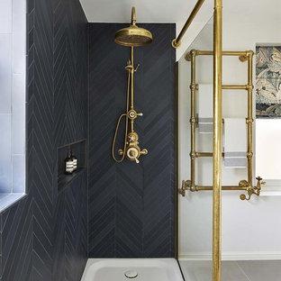 Foto di una stanza da bagno con doccia chic con doccia ad angolo e pareti nere