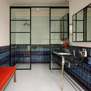 Свежая идея для дизайна: маленькая ванная комната в стиле фьюжн с черными фасадами, открытым душем, полом из мозаичной плитки, душевой кабиной и мраморной столешницей - отличное фото интерьера
