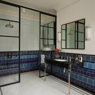 ロンドンの中サイズのエクレクティックスタイルのおしゃれなバスルーム (浴槽なし) (オープン型シャワー、モザイクタイル、壁付け型シンク、大理石の洗面台) の写真