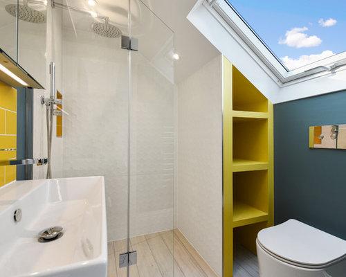 Stanza da bagno con piastrelle gialle e pareti blu foto idee
