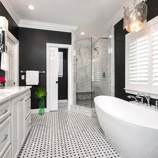 Klassisk inredning av ett mellanstort en-suite badrum, med släta luckor, vita skåp, ett fristående badkar, en dusch i en alkov, en toalettstol med separat cisternkåpa, svart och vit kakel, mosaik, svarta väggar, mosaikgolv, ett undermonterad handfat, marmorbänkskiva, vitt golv och dusch med gångjärnsdörr