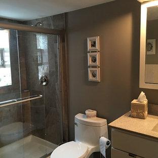 Idee per una stanza da bagno con doccia chic di medie dimensioni con ante lisce, ante bianche, doccia alcova, WC monopezzo, piastrelle multicolore, lastra di pietra, pareti marroni, lavabo integrato, top in granito e porta doccia a battente