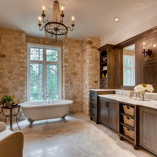 Foto di una stanza da bagno padronale con ante in stile shaker, ante marroni, vasca con piedi a zampa di leone, lavabo sottopiano e pavimento bianco