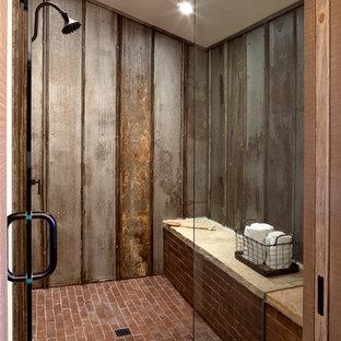 Diseño de cuarto de baño campestre, de tamaño medio, con ducha abierta, baldosas y/o azulejos grises, baldosas y/o azulejos de metal, paredes blancas y suelo de ladrillo
