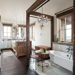 Réalisation d'une salle de bain champêtre de taille moyenne avec une douche ouverte, un carrelage gris, carrelage en métal, un mur blanc et un sol en bois foncé.