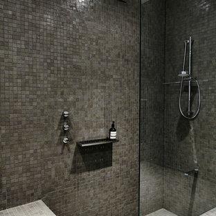 シドニーのコンテンポラリースタイルのおしゃれな浴室 (バリアフリー、グレーのタイル) の写真