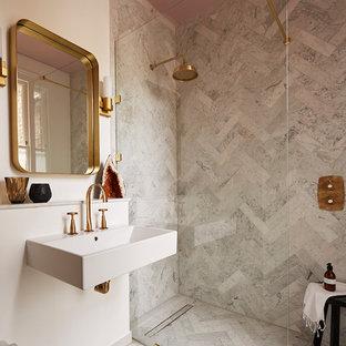 Inspiration för mellanstora moderna badrum, med marmorkakel, marmorgolv, ett väggmonterat handfat, grått golv, en kantlös dusch, grå kakel, vita väggar och med dusch som är öppen